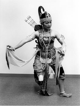 tarian 1982 maeny as ksatriyo
